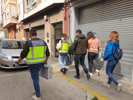 Policía Científica y Grupo de Homicidios saliendo del domicilio donde se produjo la agresión.