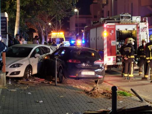 El conductor, que perdió la consciencia, derribó dos bolardos, destrozó un árbol y estrelló su vehículo contra otros dos que estaban estacionados.