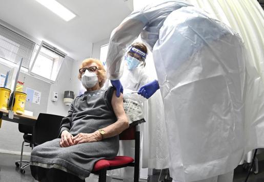 Los centros de salud de Baleares vacunaran contra la COVID-19 a personas de 90 a 95 años.
