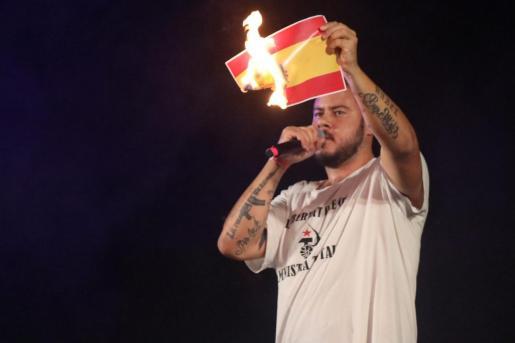 Pablo Hasél quemó una bandera española durante un concierto en Felanitx.