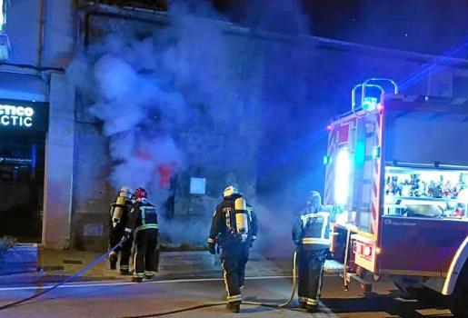 Los bomberos enviaron a todas las dotaciones disponible para evitar que el fuego se propagara.