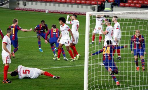 Los jugadores del FC Barcelona celebran el gol de Piqué en el último minuto del tiempo reglamentario provovando la prórroga.