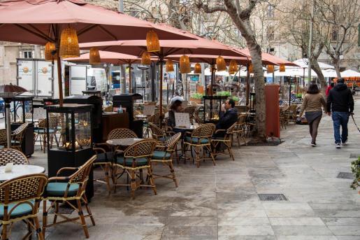Vista de las terrazas de varios bares de Palma tras la reapertura.