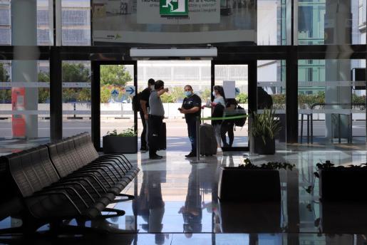 Imagen de varios viajeros, en el aeropuerto de Palma durante la pandemia.