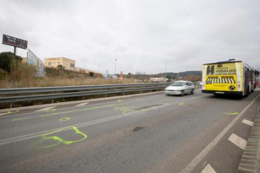 Aspecto del lugar donde falleció el cantante, Álex Casademunt, al chocar frontalmente en Mataró (Barcelona) el turismo que conducía con un autobús.