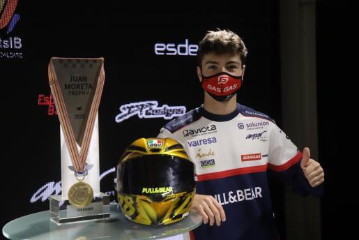 El piloto mallorquín del Aspar Tema, Izan Guevara, este jueves durante la presentación de la temporada en el Circuit de Mallorca en Llucmajor.