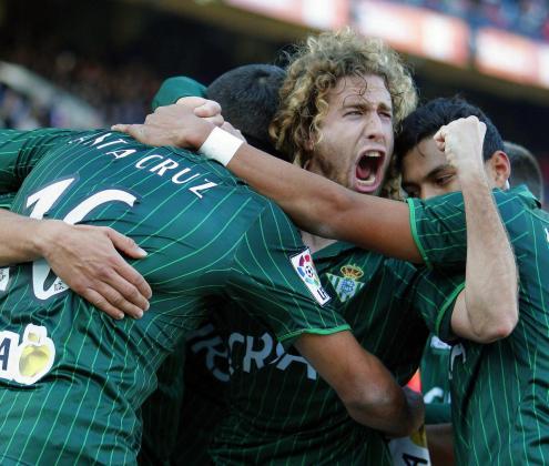 José Alberto Cañas, en el centro de la imagen, festeja un gol durante su etapa en el Betis.