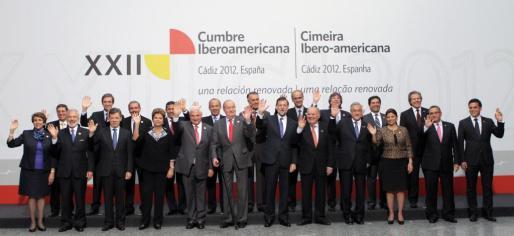Foto de familia de los asistentes a la XII Cumbre Iberoamericana de Jefes de Estado y de Gobierno que se celebra en el Palacio de Congresos de Cádiz.