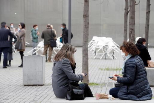 Varias personas consumen en la calle frente a las terrazas.