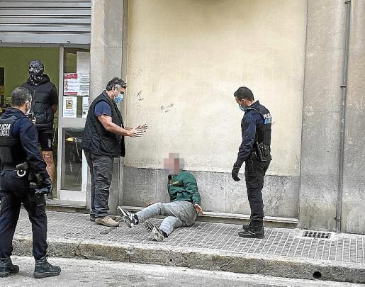 El secretario de la Associació Tardor, Toni Bauzá, y dos policías locales de Palma tratan de calmar al hombre junto al comedor social.