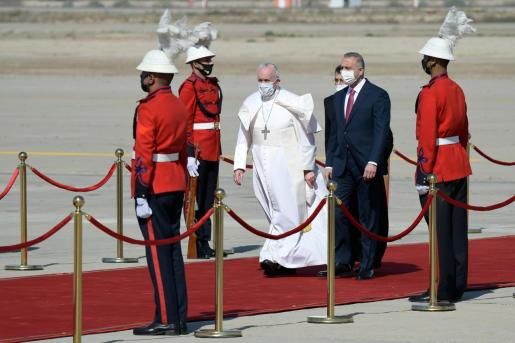 El papa Francisco, con el primer ministro iraquí Mustafa Al-Kadhimi a su llegada a Bagdad.