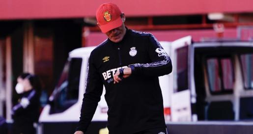 Luis García Plaza, entrenador del Real Mallorca, durante un entrenamiento del equipo en Son Moix.