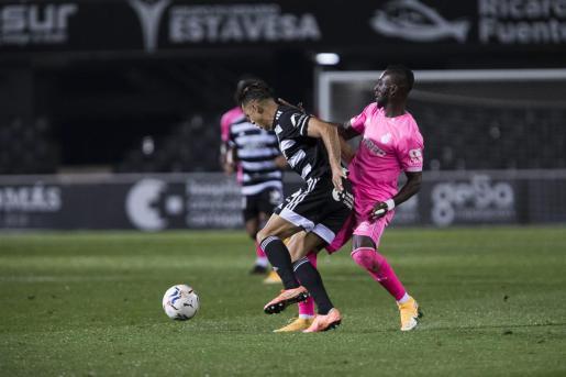 Lago Junior, futbolista del Mallorca, presiona a un jugador del Cartagena durante el partido de la primera vuelta del campeonato.