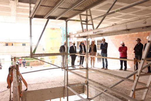 El conseller Josep Marí ha presentado este viernes en el municipio el proyecto de la nueva promoción, que se destinará a jóvenes y se empezará a construir este verano.
