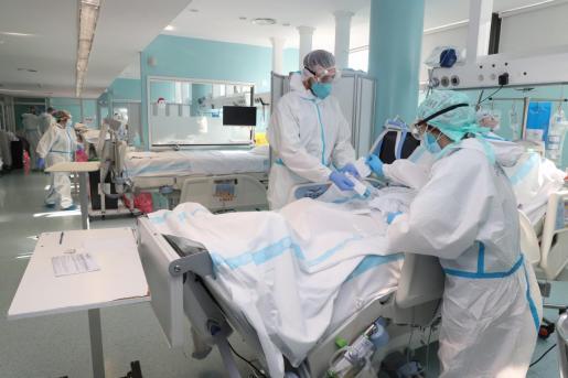 Personal de la UCI de Son Llàtzer atendiendo a paciente con coronavirus.