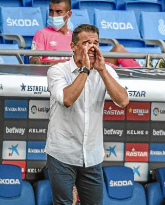 El entrenador del Mallorca, Luis García Plaza, da instrucciones a sus futbolistas.
