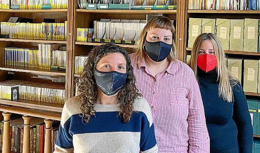 Las bibliotecarias Catalina Martorell, Cati Coll y Lluïsa Calafat.