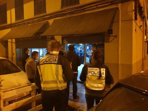 Los agentes de la Policía Local durante las inspecciones llevadas a cabo este viernes por la noche.