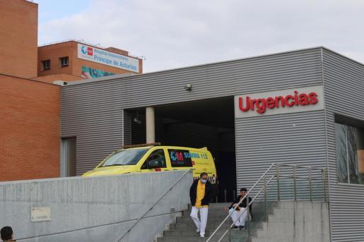 La Policía Nacional ha detenido este sábado a un conductor de ambulancia por asesinar supuestamente a un enfermero en las Urgencias del hospital Príncipe de Asturias de Alcalá de Henares (Madrid), en la imagen. Según han informado a Efe fuentes policiales, el conductor de la ambulancia ha entrado vestido con su uniforme y ha apuñalado al enfermero por causas que se investigan.