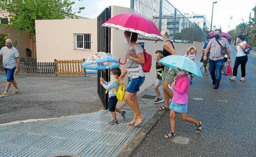 Imagen de archivo del acceso de alumnos y padres a un centro educativo de Baleares.