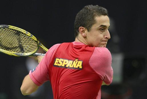 El español Nicolás Almagro devuelve una bola de partido.