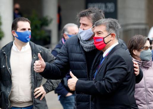 El candidato Joan Laporta se fotografía este domingo con algunos seguidores.
