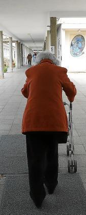 Una residente pasea por el interior de la Llar.