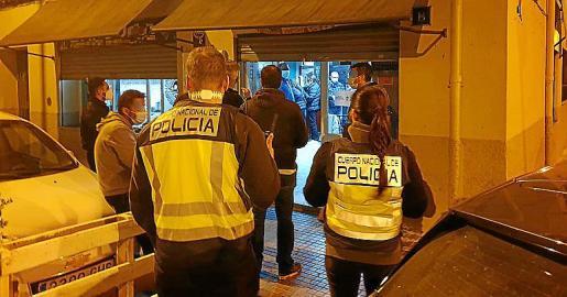 Intervención del viernes por la noche en un polémico bar muy cerca de la plaza Serralta y que fue precintado.