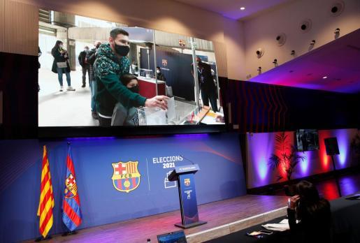 Messi, en una pantalla, ejerciendo su derecho al voto.