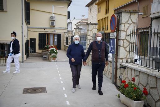Sa Pobla, uno de los municipios que ha llegado a tener más contagios por habitantes, ya se encuentra en la denominada 'nueva normalidad'. La inmunización de los usuarios de las residencias ha permitido que los mayores puedan salir.
