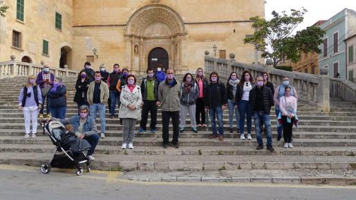 Imagen de los participantes en la caminata simbólica.