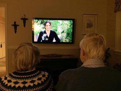 Un matrimonio sigue en televisión la entrevista a los duques de Sussex.