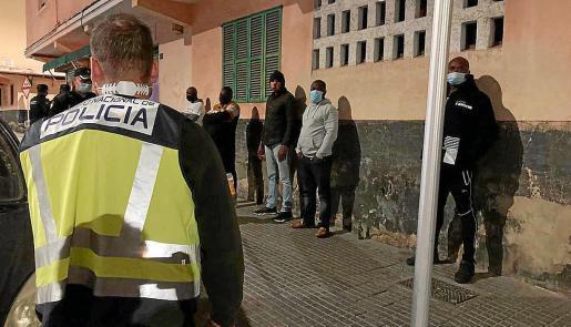 Un gran dispositivo policial inspeccionó el local y sancionó a todos los infractores.