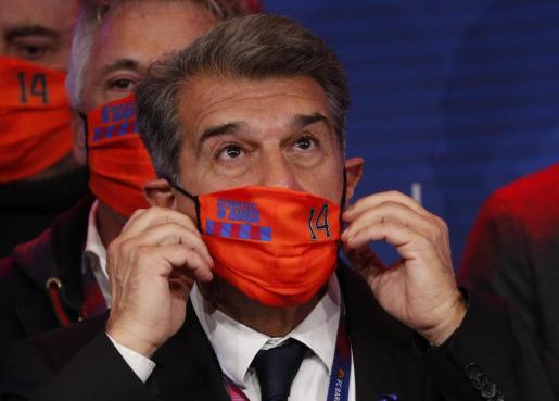 Joan Laporta coloca su mascarilla durante la noche electoral.