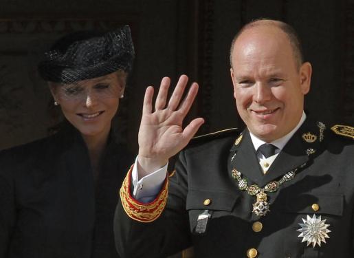Los príncipes Alberto II y Charlene de Mónaco saludan desde el balcón del palacio de los Grimaldi.