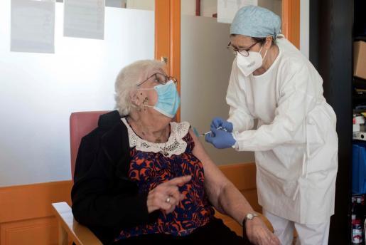 GRAF3751. MAHÓN (MENORCA), 20/01/2021.- Una sanitaria inocula la vacuna a una de los usuarios de la residencia geriátrica del Consell Insular de Menorca situada en Mahón, en Menorca este miércoles. EFE/ David Arquimbau Sintes POOL Segunda dosis de la vacuna contra la covid-19 en las residencias para personas mayores de Menorca