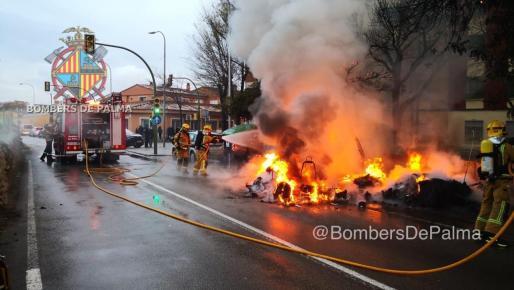 Los Bombers de Palma sofocaron el incendio declarado en el Camí Nou.