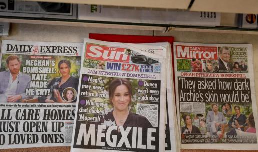 Periódicos ingleses recogiendo la entrevista del príncipe Enrique y de Meghan Markle concedida a Oprah Winfrey.