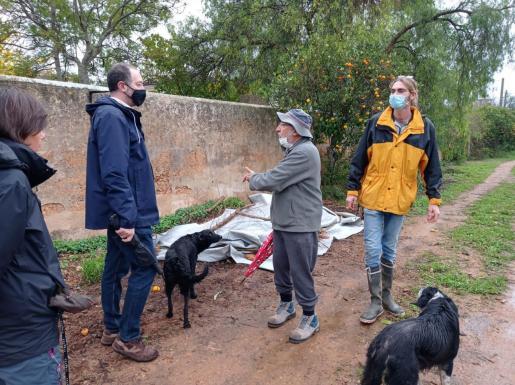 El director general de Urbanisme, Biel Horrach, con Tomàs Fortuny, propietario de las tierras que cultiva Miquel Àngel Salom, de Coanegra.