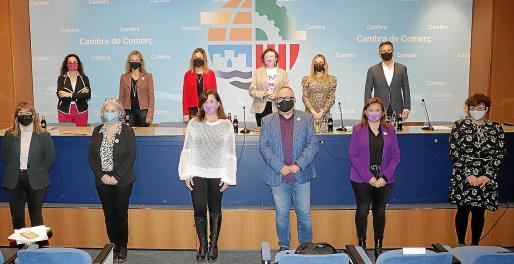 La presidenta Francina Armengol y el presidente de la Cámara de Comercio, Antoni Mercant –ambos, en el centro de la foto–, presentaron la jornada 'En femenino plural', en la cual se trató sobre los recursos públicos y privados dirigidos a las mujeres en el ámbito de la empresa.