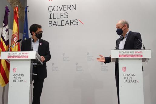 Iago Negueruela y Sebastian Ebel , durante la rueda de prensa que han ofrecido tras el encuentro con Francina Armengol.