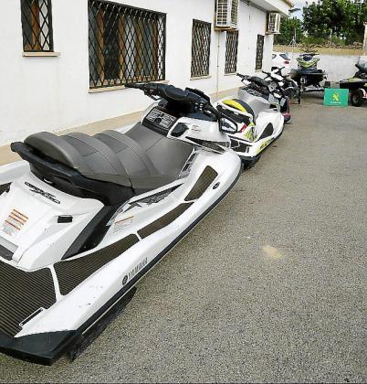 Varias motos de agua recuperadas por la Guardia Civil.