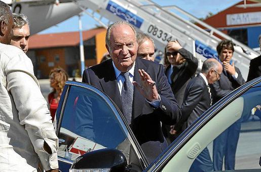 El rey emérito saluda a los medios, en una imagen de archivo.