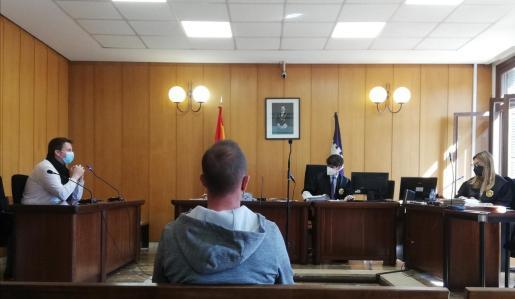 El acusado, este martes por la mañana, en un juzgado de lo Penal de Vía Alemania.