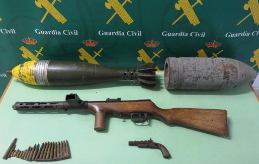 Imagen facilitada por la Guardia Civil de las armas requisadas.
