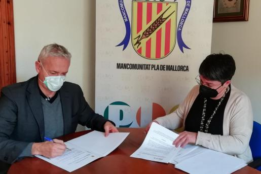 El convenio ha sido firmado en la sede de la Mancomunitat del Pla por su presidenta, Joana María Pasqual, y el máximo representante de la Fundación ADEMA+ y presidente del Patronato de la Escuela Universitaria ADEMA, Diego González.