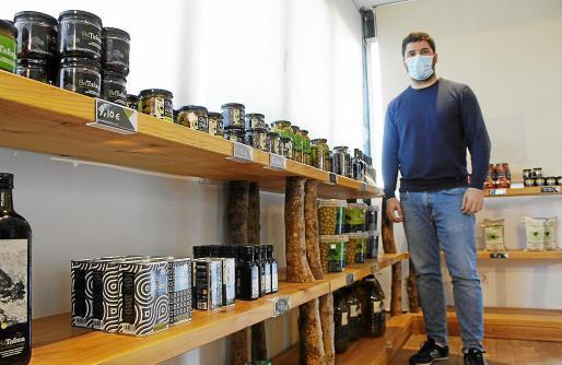 Aldo Castelli, en la tienda que tiene la cooperativa Camp Mallorquí en el polígono de Consell.