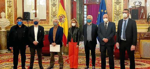 Los representantes del Parlament balear, con la presidenta del Congreso, Meritxel Batet.