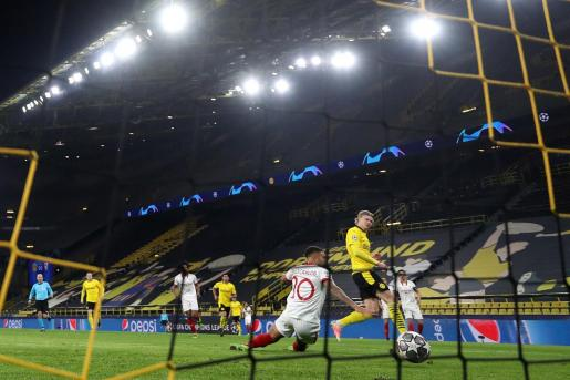 Erling Haaland marcando al Sevilla uno de los goles del Borussia Dortmund.