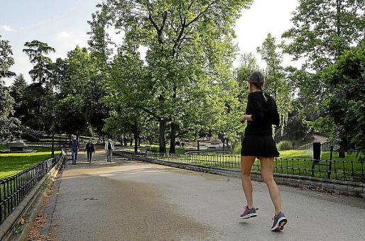 Una mujer practicando deporte en un parque.